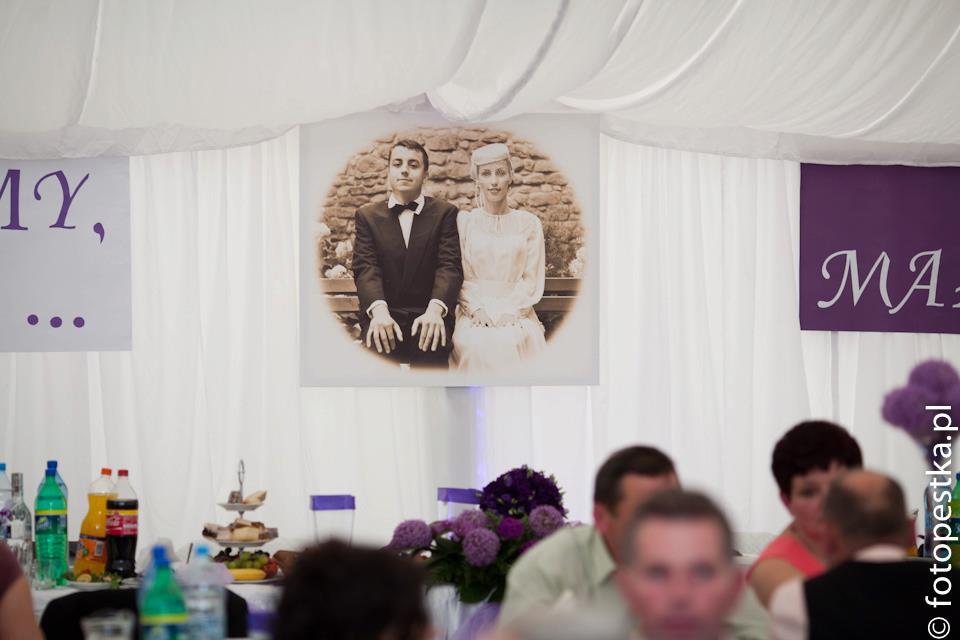 Stylizowana fotografia pary młodej jako element wystroju sali ślubnej.
