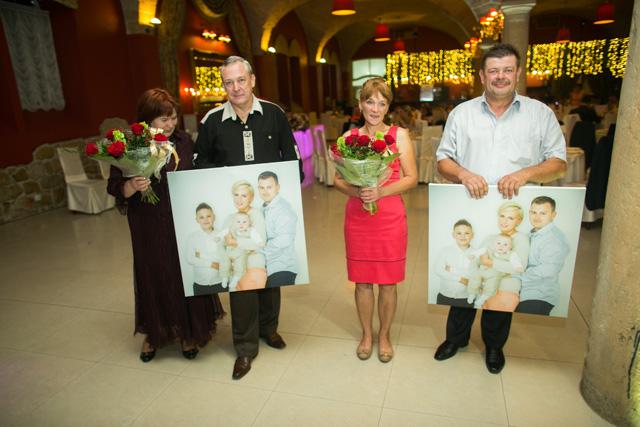 Rodzice obdarowani podczas wesela wydrukowanymi na płótnie zdjęciami dzieci i wnuków zawsze są pod wrażeniem takiego prezentu.